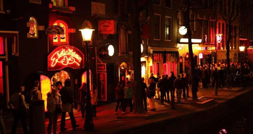 荷蘭紅燈區長怎樣?櫥窗女郎排排站、馬戲團真槍實彈上演活春宮…一窺歐洲情慾天堂的昔日繁華