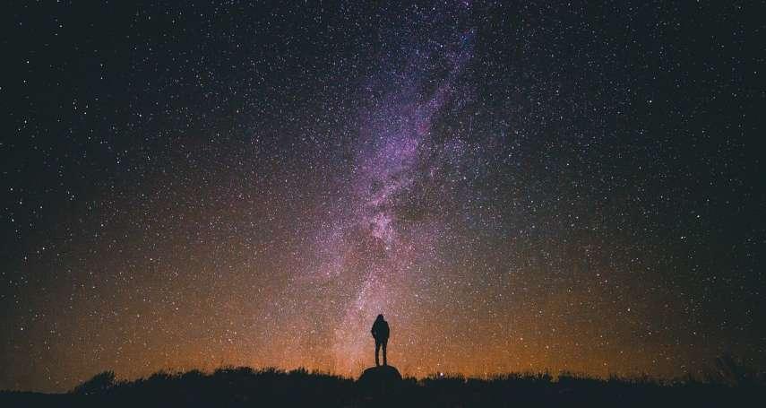 鍾耀華專文:在最暗的夜,無人看到你是否站直