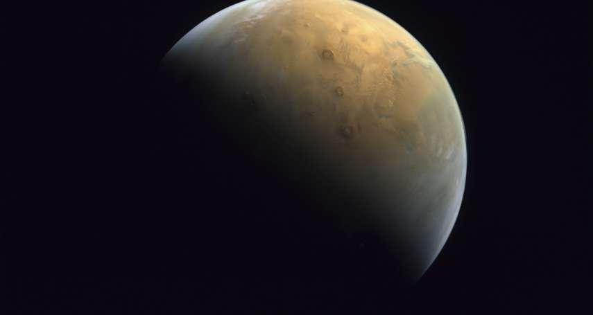 你看過「太陽系中的最大火山從清晨的陽光中浮現」嗎?阿聯火星探測器「希望號」傳回絕美影像
