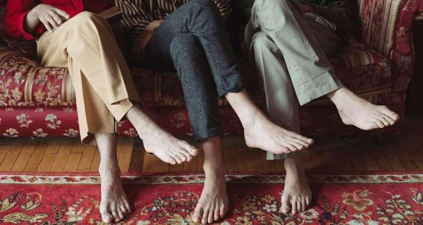 翹腳不只會造成脊椎側彎,還會影響精子品質!專家道出4大嚴重後果,別拿自己的性福開玩笑