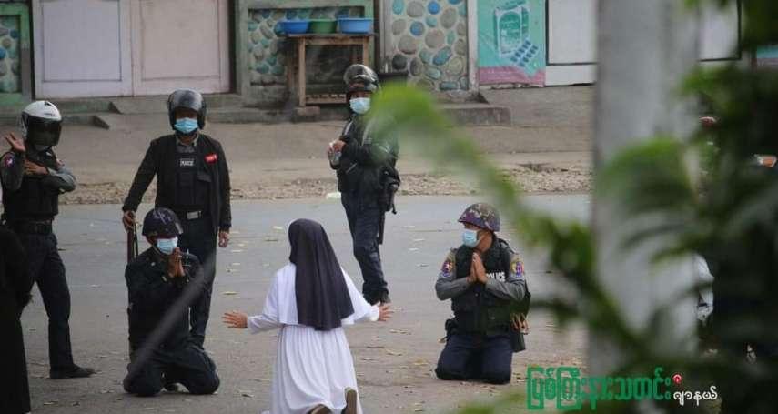 緬軍血腥鎮壓之前,修女下跪乞求別開槍 但是子彈仍向她身後飛去