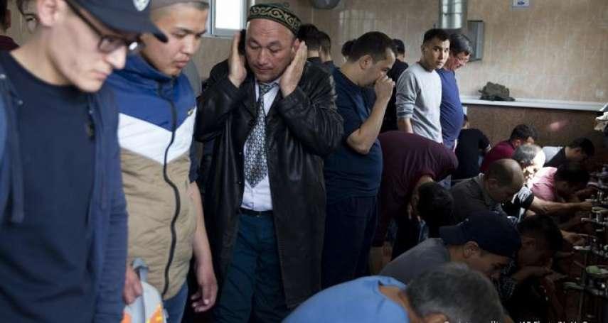 不只維吾爾人被關進「再教育營」!?哈薩克人在中國領事館外示威,要求北京解釋「我的親人為何在新疆失蹤」