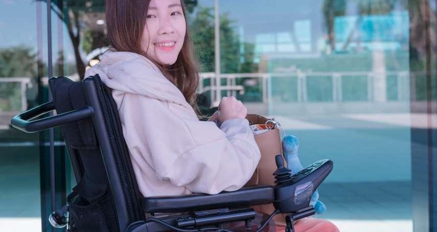 遭同學推下樓、東西總是憑空不見,還曾被譏笑是怪物!肌萎症輪椅女孩搖身一變最美模特兒