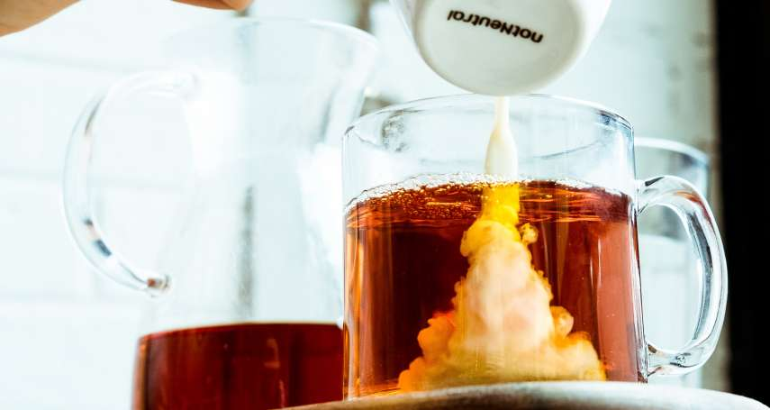 奶茶要好喝,該先倒紅茶還是牛奶?100年前的一場實驗給出答案!