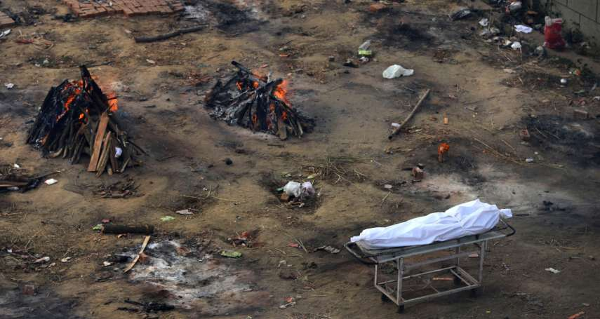 「我已經一年沒放假了!」印度陷入新冠煉獄 孟買掘墓工24小時輪班工作