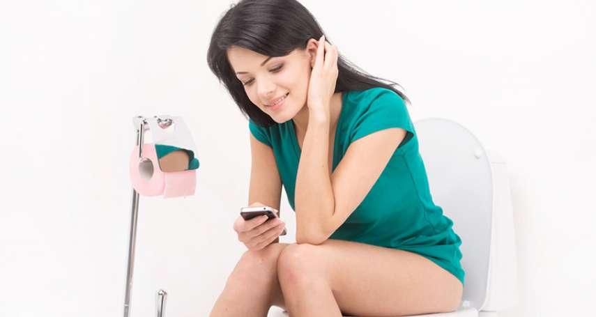 上廁所滑手機,糞便也在螢幕上滑來滑去!醫師揭密玩手機超噁下場,洗完手也沒用