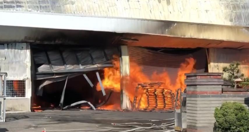 彰化大村保麗龍工廠大火,驚見瓦斯儲氣槽就在門口!消防人員急搶救中