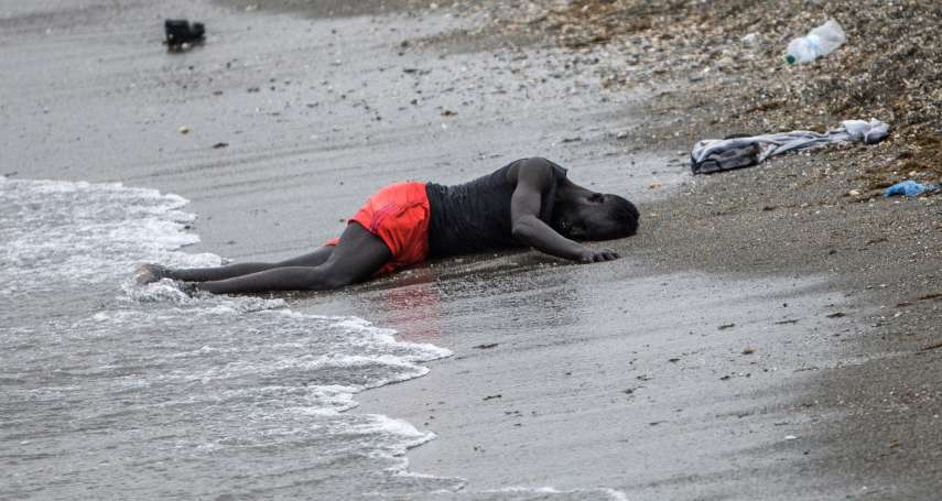 照片故事》難民踏上絕望之旅:綁寶特瓶渡海也要逃,8000人湧入西班牙非洲領地