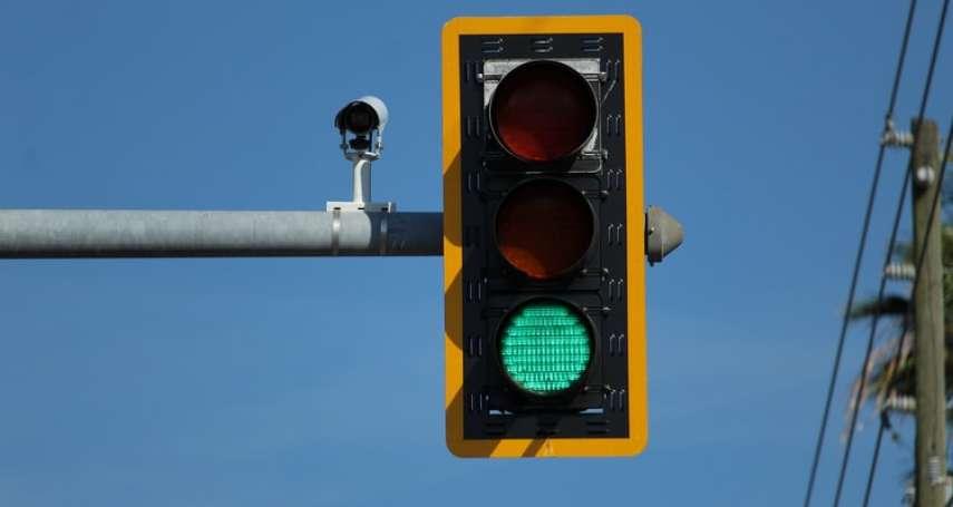 紅綠燈離奇折斷倒地!警方到場發現超搞笑斷柱真相:竟然是這動物惹的禍