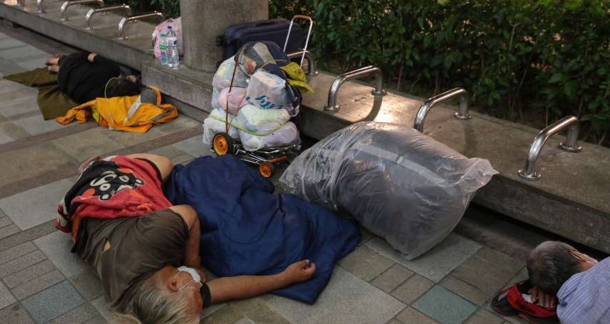 街友從早到晚一粒米都沒吃,餓到蜷縮牆角!社工幫查「財所清單」驚見他身家破億真實身分