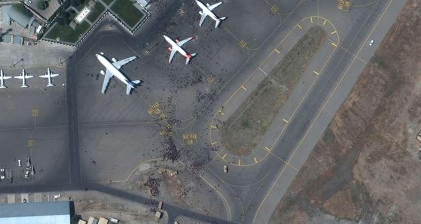 有影》喀布爾機場湧現千萬名阿富汗民眾!緊抱飛機不放、才升空就墜落…絕望末日景象曝光