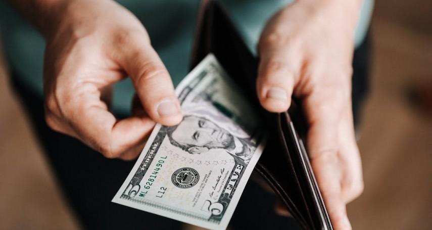 在自家公司上班月領5萬,男被要求給孝親費5千…他發文怒批:辛苦賺的錢幹嘛給父母