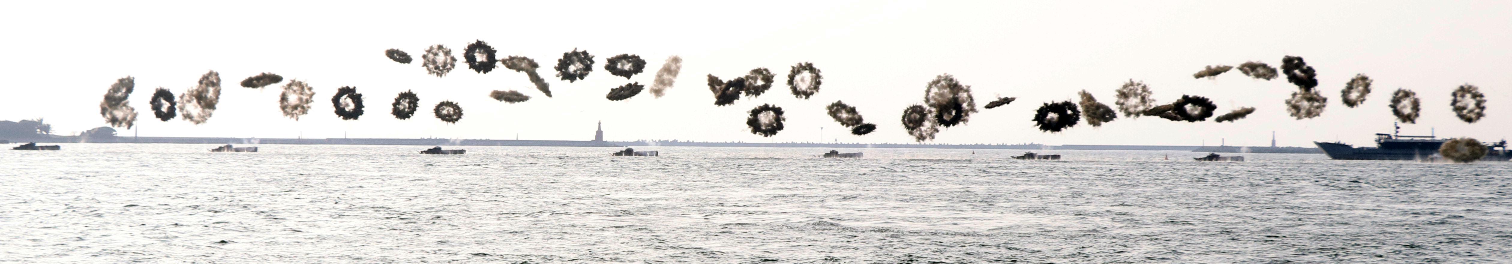 20161109-海軍左營基地營區開放9日舉行全兵力預校,陸戰隊AAV7兩棲突擊車施放煙幕彈,顯得十分壯觀-(蘇仲泓攝)